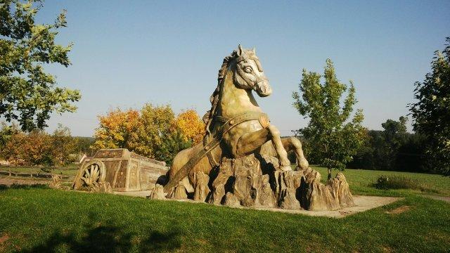Socha koně od Michala Olšiaka v Hamrech nad Sázavou